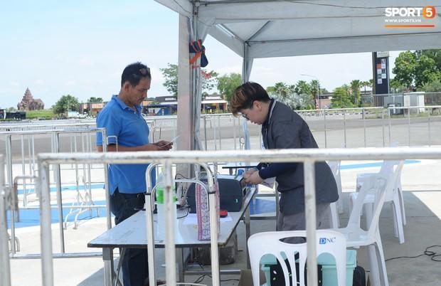 Ngộ nghĩnh hình ảnh fan nhí Việt kiều Thái đội nắng đi mua vé cổ vũ Việt Nam thắng Thái Lan - Ảnh 6.
