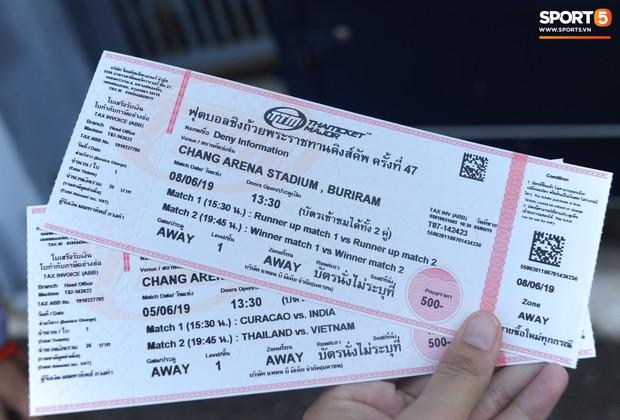 Ngộ nghĩnh hình ảnh fan nhí Việt kiều Thái đội nắng đi mua vé cổ vũ Việt Nam thắng Thái Lan - Ảnh 7.