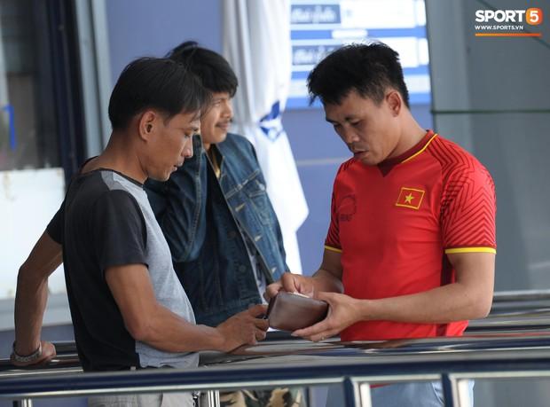 Ngộ nghĩnh hình ảnh fan nhí Việt kiều Thái đội nắng đi mua vé cổ vũ Việt Nam thắng Thái Lan - Ảnh 8.