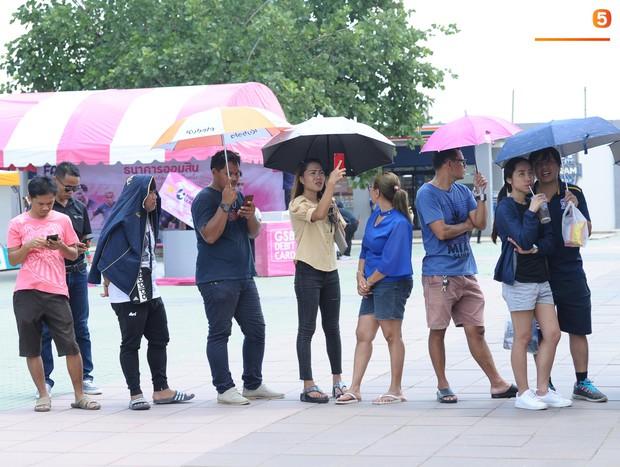 Ngộ nghĩnh hình ảnh fan nhí Việt kiều Thái đội nắng đi mua vé cổ vũ Việt Nam thắng Thái Lan - Ảnh 11.