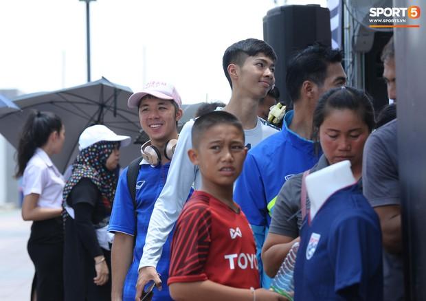 Ngộ nghĩnh hình ảnh fan nhí Việt kiều Thái đội nắng đi mua vé cổ vũ Việt Nam thắng Thái Lan - Ảnh 12.