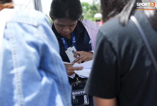 Ngộ nghĩnh hình ảnh fan nhí Việt kiều Thái đội nắng đi mua vé cổ vũ Việt Nam thắng Thái Lan - Ảnh 10.