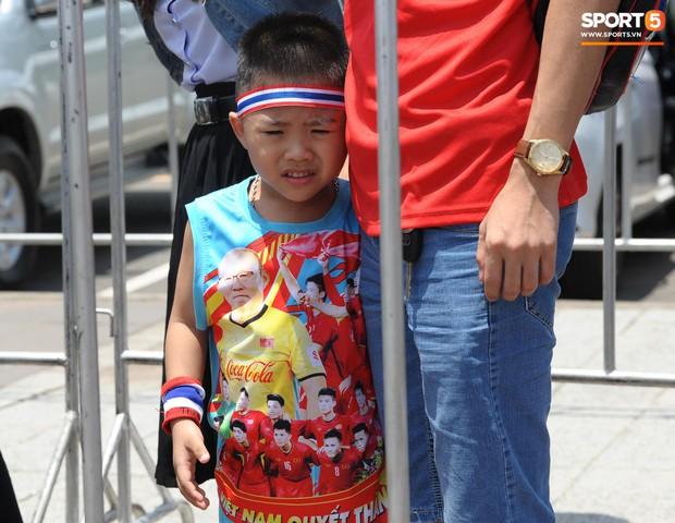 Ngộ nghĩnh hình ảnh fan nhí Việt kiều Thái đội nắng đi mua vé cổ vũ Việt Nam thắng Thái Lan - Ảnh 4.