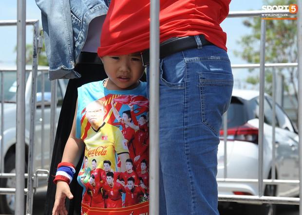 Ngộ nghĩnh hình ảnh fan nhí Việt kiều Thái đội nắng đi mua vé cổ vũ Việt Nam thắng Thái Lan - Ảnh 2.