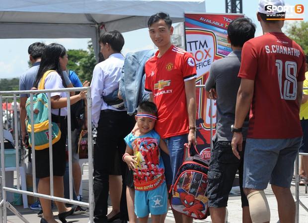 Ngộ nghĩnh hình ảnh fan nhí Việt kiều Thái đội nắng đi mua vé cổ vũ Việt Nam thắng Thái Lan - Ảnh 5.