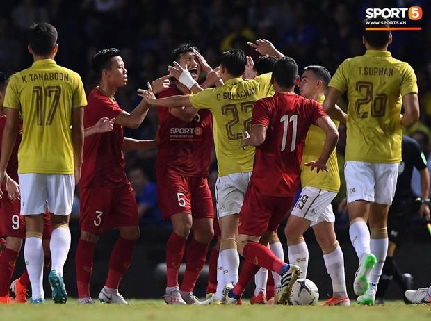 Ngôi sao Thái Lan đang thi đấu ở Nhật Bản tát vào mặt em út của tuyển Việt Nam - Ảnh 2.
