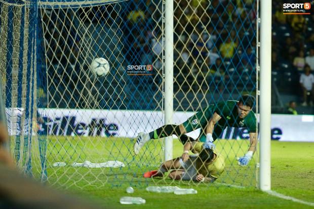 Hóa ra đây chính là nguyên nhân khiến anh chàng thủ môn Thái Lan trở thành người hùng của tuyển Việt Nam - Ảnh 2.
