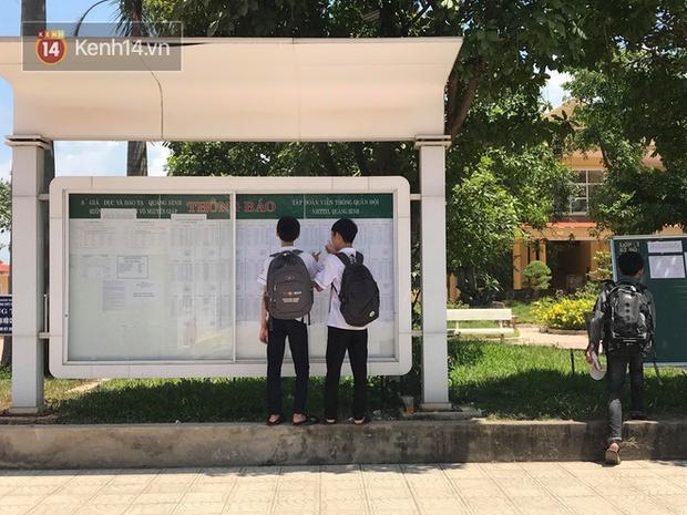 Giám đốc Sở GD&ĐT Quảng Bình nói gì khi một nữ sinh quỳ gối khóc nức nở trước cổng trường vì không biết lịch thi lại môn Văn - Ảnh 1.