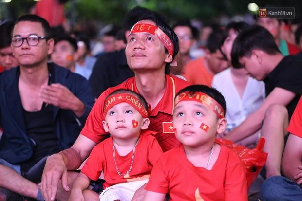 CĐV hò hét vui sướng khi đội tuyển Việt Nam giành chiến thắng trước Thái Lan trong những phút cuối cùng - Ảnh 1.