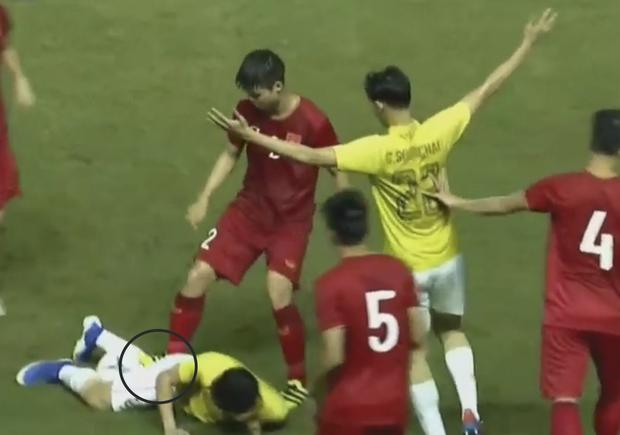 Ngôi sao Thái Lan đang thi đấu ở Nhật Bản tát vào mặt em út của tuyển Việt Nam - Ảnh 4.