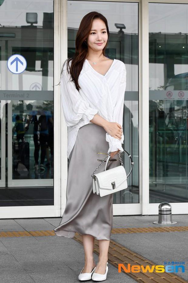 """Diện váy lụa giữa ngày gió lộng, độ duyên dáng của Park Min Young bỗng tụt xuống âm vô cùng vì điểm """"nhức mắt"""" - Ảnh 5."""