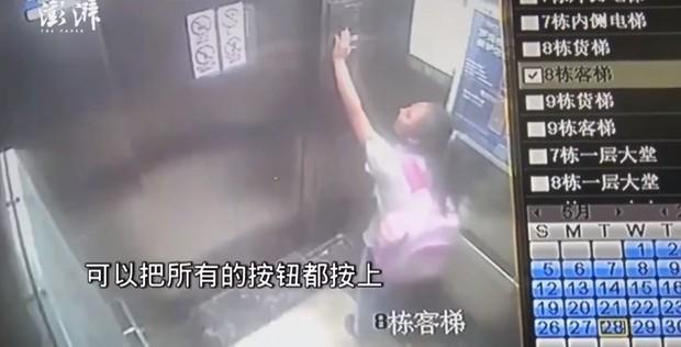 Clip: Bé gái 9 tuổi hoảng loạn tìm cách thoát thân khi thang máy rơi tự do từ tầng 19 - Ảnh 1.