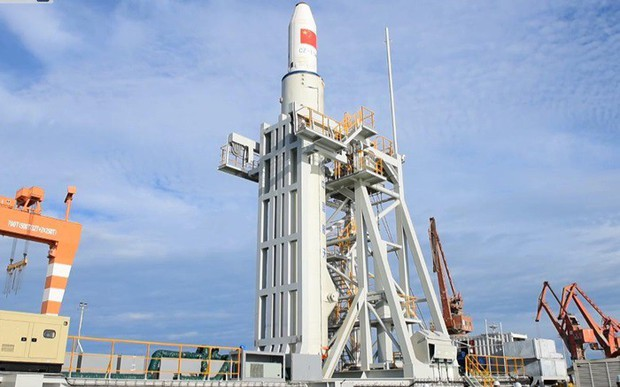 Trung Quốc lần đầu tiên phóng thành công tên lửa đẩy trên biển - Ảnh 1.