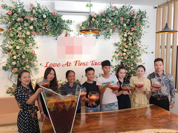 Bà Tân Vlog bất ngờ xuất hiện ở Hà Nội cùng hot mom Hằng Túi, trổ tài làm ly trà hoa quả khổng lồ - Ảnh 2.