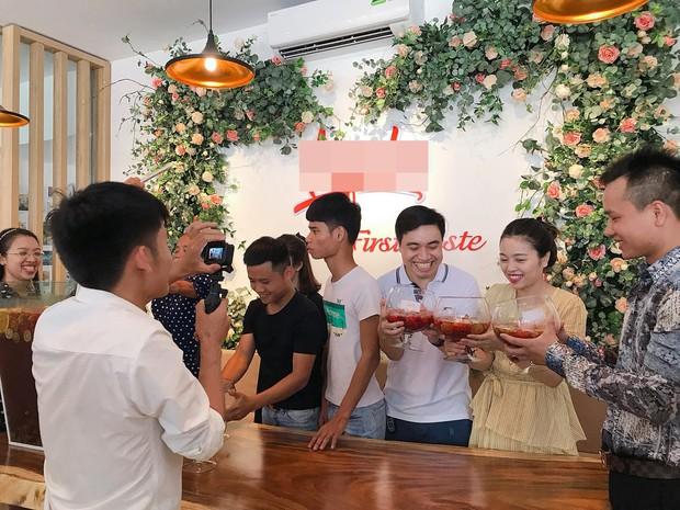 Bà Tân Vlog bất ngờ xuất hiện ở Hà Nội cùng hot mom Hằng Túi, trổ tài làm ly trà hoa quả khổng lồ - Ảnh 3.