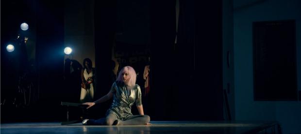 """Màn lấn sân Netflix của Miley Cyrus ở series đình đám """"Black Mirror"""": Lẽ ra đừng hồi sinh Hannah Montana! - Ảnh 9."""