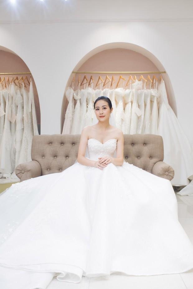MC Phí Linh đẹp nền nã trong ngày thử váy cưới trước khi lên xe hoa về nhà chồng - Ảnh 4.