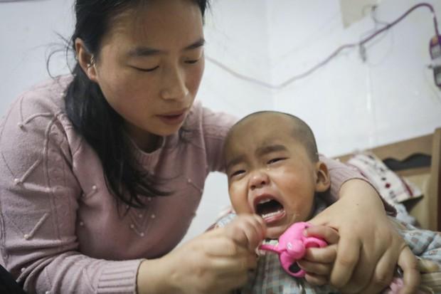 Bị mất sức lao động, người bố vẫn hóa trang thành chú hề bán bóng bay để kiếm tiền chữa bệnh cho con - Ảnh 2.