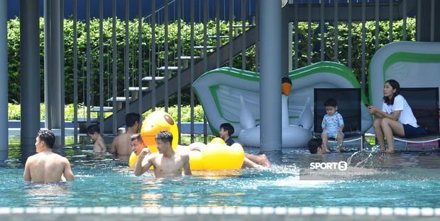 Tuyển Việt Nam thư giãn cùng thiên nga bên bể bơi sau trận thắng Thái Lan - Ảnh 12.