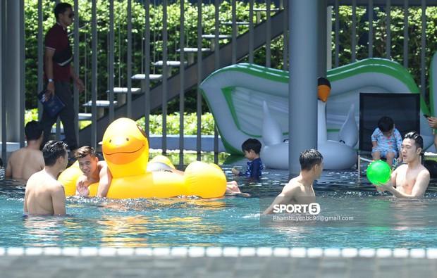 Tuyển Việt Nam thư giãn cùng thiên nga bên bể bơi sau trận thắng Thái Lan - Ảnh 10.