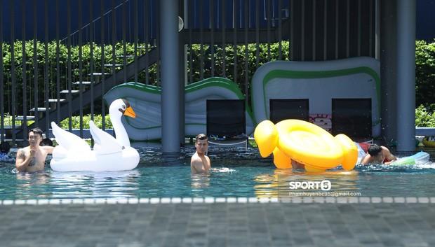 Tuyển Việt Nam thư giãn cùng thiên nga bên bể bơi sau trận thắng Thái Lan - Ảnh 2.