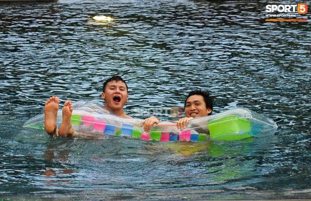 Ngắm body cực phẩm của dàn tuyển thủ Việt Nam khi thư giãn trước trận chung kết Kings Cup 2019 - Ảnh 4.