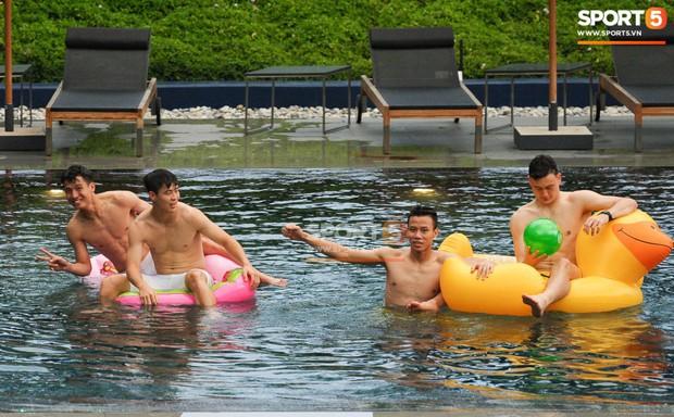 Ngắm body cực phẩm của dàn tuyển thủ Việt Nam khi thư giãn trước trận chung kết Kings Cup 2019 - Ảnh 5.