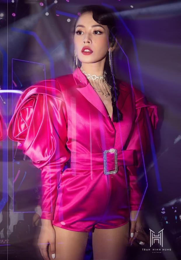 Chi Pu lên đồ đúng kiểu Đóa hồng Queen, nhưng dân tình lại thấy bóng dáng của Alexander McQueen - Ảnh 1.