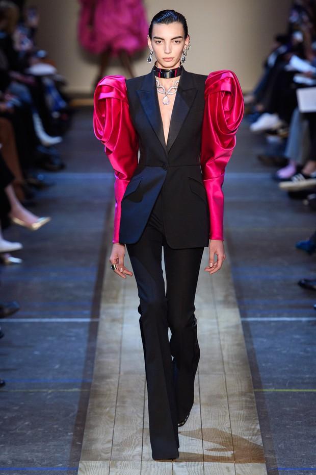 Chi Pu lên đồ đúng kiểu Đóa hồng Queen, nhưng dân tình lại thấy bóng dáng của Alexander McQueen - Ảnh 3.