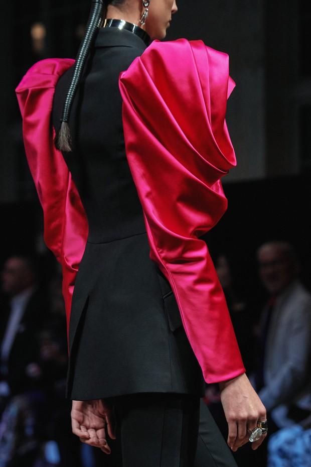 Chi Pu lên đồ đúng kiểu Đóa hồng Queen, nhưng dân tình lại thấy bóng dáng của Alexander McQueen - Ảnh 4.