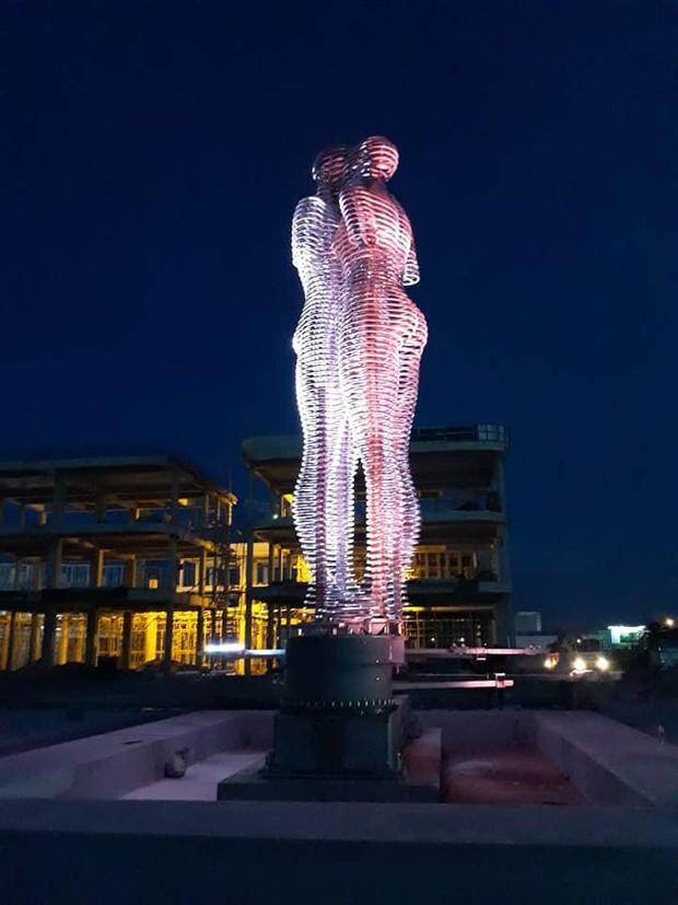 """HOT: Hình ảnh nhá hàng hiếm hoi của bức tượng tình nhân """"biết đi"""" lần đầu tiên có mặt tại Việt Nam - Ảnh 8."""