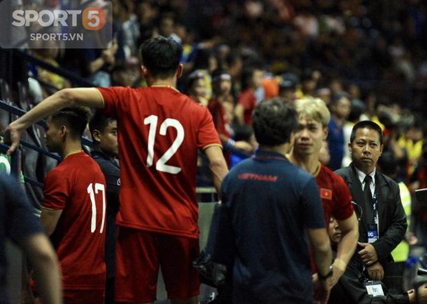 Khi tất cả đang hân hoan niềm vui thắng Thái Lan, HLV Lee Young-jin gọi riêng Công Phượng đến nhắc nhở điều này - Ảnh 2.