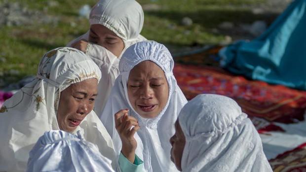 Nạn nhân vụ động đất ở Palu (Indonesia) đón lễ Eid Al-Fitr trong nước mắt - Ảnh 1.