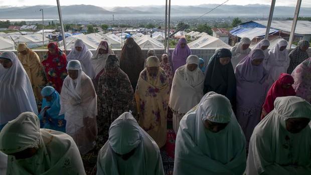 Nạn nhân vụ động đất ở Palu (Indonesia) đón lễ Eid Al-Fitr trong nước mắt - Ảnh 2.
