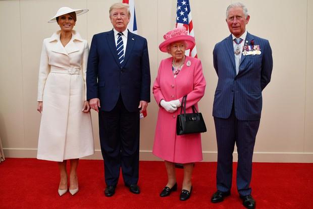 """Vừa được khen mặc đẹp, bà Melania Trump lại tụt điểm thời trang vì chiếc """"mũ đĩa bay"""" - Ảnh 1."""