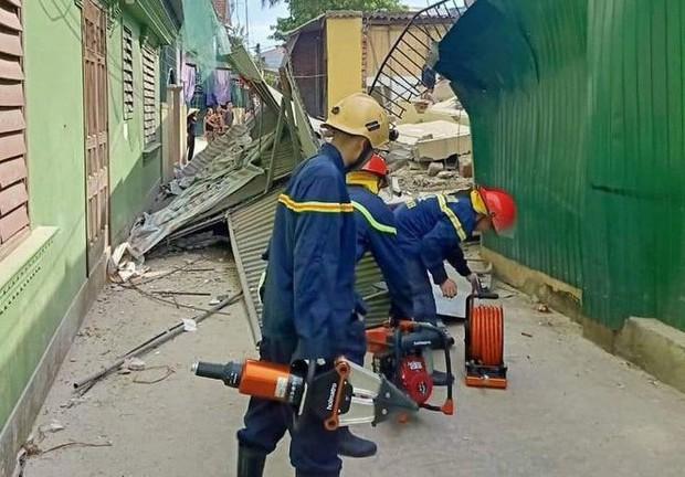 Hà Tĩnh: Nhà sập khi đang sửa, có người bị vùi lấp dưới đống đổ nát - Ảnh 3.