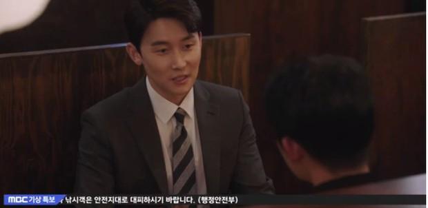 """Bắt quả tang """"ngoại tình"""" xịn như bạn trai Han Ji Min trong Đêm Xuân tập 6: Khỏi cần """"tóm"""" tận mặt, nhìn giày là đủ! - Ảnh 2."""