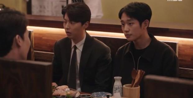 """Bắt quả tang """"ngoại tình"""" xịn như bạn trai Han Ji Min trong Đêm Xuân tập 6: Khỏi cần """"tóm"""" tận mặt, nhìn giày là đủ! - Ảnh 3."""