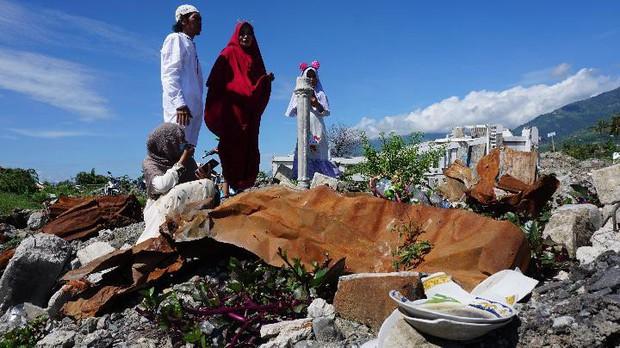 Nạn nhân vụ động đất ở Palu (Indonesia) đón lễ Eid Al-Fitr trong nước mắt - Ảnh 3.
