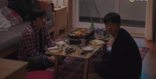 """Bắt quả tang """"ngoại tình"""" xịn như bạn trai Han Ji Min trong Đêm Xuân tập 6: Khỏi cần """"tóm"""" tận mặt, nhìn giày là đủ! - Ảnh 4."""