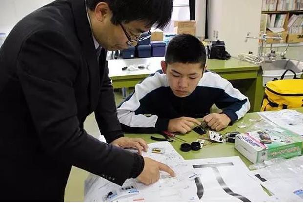 Trường học cô đơn nhất Nhật Bản: Mở cửa chỉ để đón 1 nam sinh, ngày cậu ấy tốt nghiệp trường cũng đóng cửa luôn - Ảnh 4.