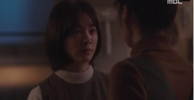 """Bắt quả tang """"ngoại tình"""" xịn như bạn trai Han Ji Min trong Đêm Xuân tập 6: Khỏi cần """"tóm"""" tận mặt, nhìn giày là đủ! - Ảnh 5."""