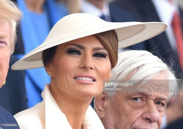 """Vừa được khen mặc đẹp, bà Melania Trump lại tụt điểm thời trang vì chiếc """"mũ đĩa bay"""" - Ảnh 5."""