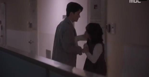 """Bắt quả tang """"ngoại tình"""" xịn như bạn trai Han Ji Min trong Đêm Xuân tập 6: Khỏi cần """"tóm"""" tận mặt, nhìn giày là đủ! - Ảnh 6."""