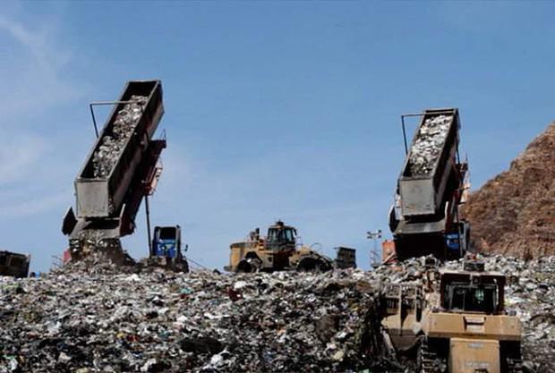 Ám ảnh những bãi rác khổng lồ chất cao như núi khắp nơi trên thế giới, có chỗ cao hơn 65 mét, rộng hơn 40 sân bóng đá - Ảnh 6.