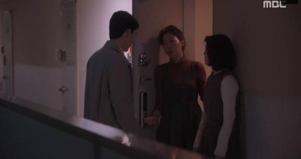 """Bắt quả tang """"ngoại tình"""" xịn như bạn trai Han Ji Min trong Đêm Xuân tập 6: Khỏi cần """"tóm"""" tận mặt, nhìn giày là đủ! - Ảnh 8."""