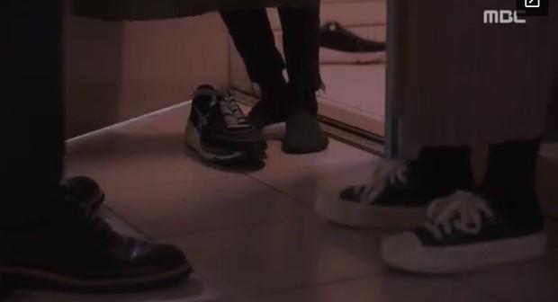 """Bắt quả tang """"ngoại tình"""" xịn như bạn trai Han Ji Min trong Đêm Xuân tập 6: Khỏi cần """"tóm"""" tận mặt, nhìn giày là đủ! - Ảnh 9."""