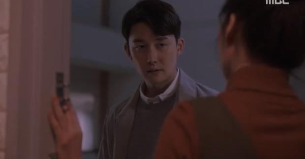 """Bắt quả tang """"ngoại tình"""" xịn như bạn trai Han Ji Min trong Đêm Xuân tập 6: Khỏi cần """"tóm"""" tận mặt, nhìn giày là đủ! - Ảnh 10."""