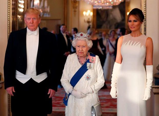"""Vừa được khen mặc đẹp, bà Melania Trump lại tụt điểm thời trang vì chiếc """"mũ đĩa bay"""" - Ảnh 9."""