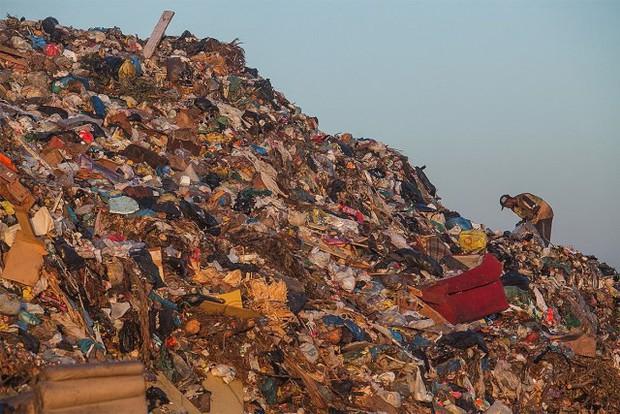 Ám ảnh những bãi rác khổng lồ chất cao như núi khắp nơi trên thế giới, có chỗ cao hơn 65 mét, rộng hơn 40 sân bóng đá - Ảnh 9.